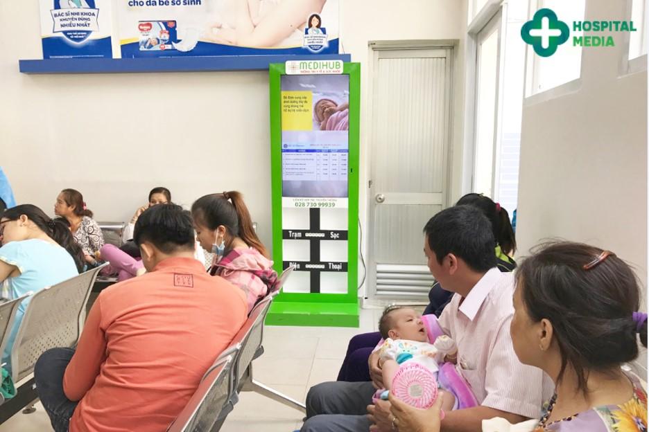 quảng cáo booth sạc điện thoại tại bệnh viện